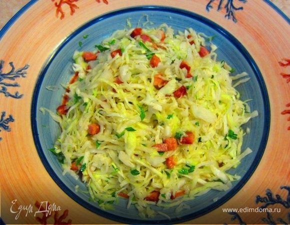 Теплый салат из молодой капусты и копченой грудинки