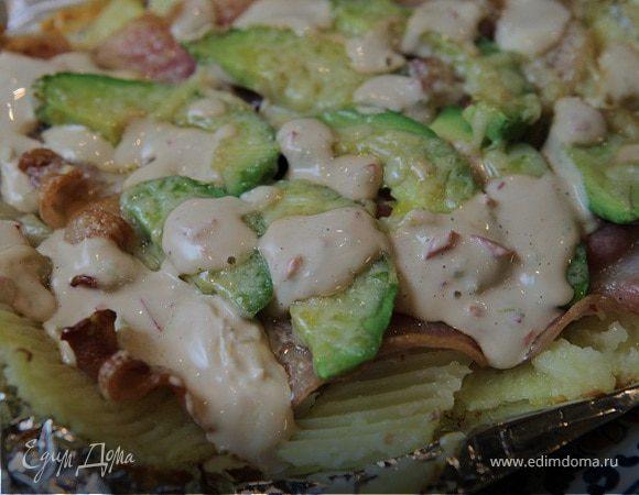 Молодой картофель, запеченный с беконом и авокадо