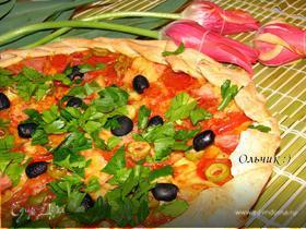 Пицца с ветчиной, томатами, сыром и оливками