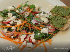 Весенний салат с козьим сыром и сальсой верде