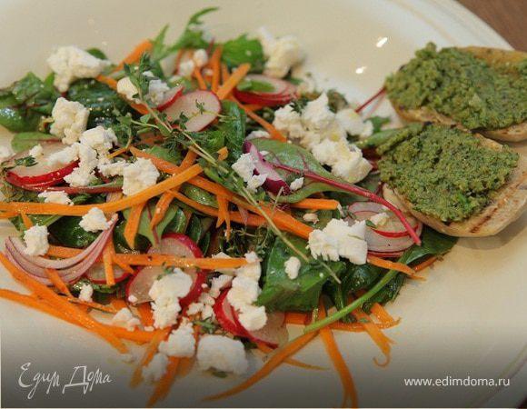 Весенний салат с козьим сыром и сальса верде