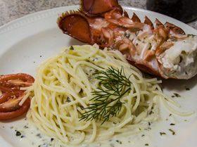 Лобстер (рак) и спагетти под винным соусом