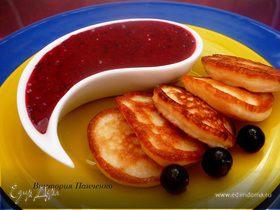 Оладьи на кефире с соусом из черной смородины. (Бонус - оладьи с яблочным припеком)