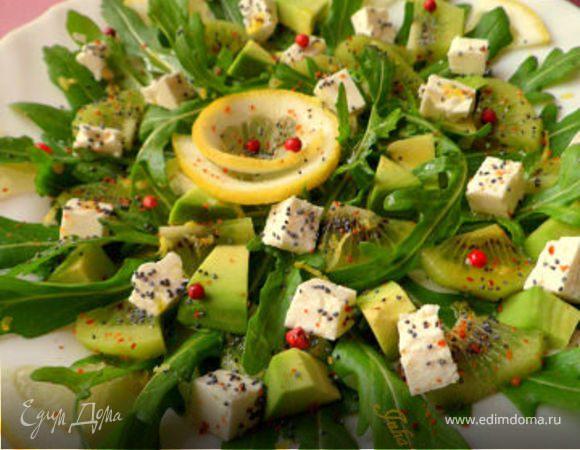 Салат из руколы, киви, авокадо и козьего сыра