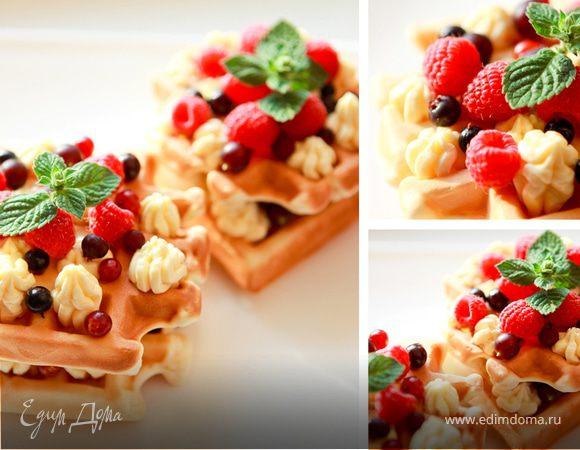 Бельгийские вафли с ягодами и взбитыми сливками