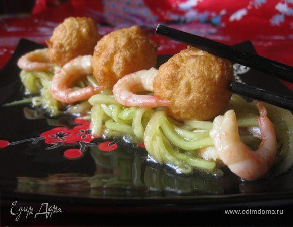Огуречный салат с рисовыми шариками-темпура и креветками