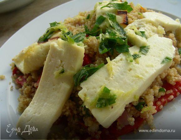 Теплый салат с квиноа/кускусом, маринованным перцем и жареным сыром