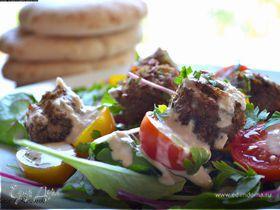 Израильский теплый салат с домашним фалафелем и тхиной