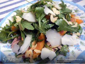 Салат с курицей, абрикосами и козьим сыром