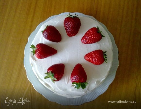 Бисквитный торт с клубникой и взбитыми сливками