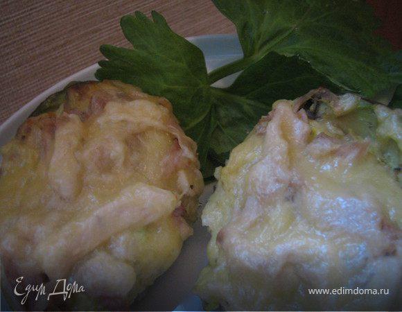 Лодочки авокадо, запеченные с курицей