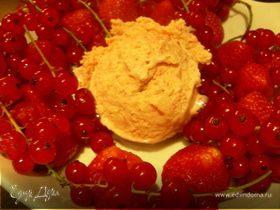 Сливочное мороженое с клубникой, белым шоколадом и апельсиновым ликером Куантро