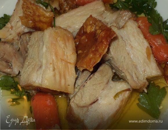 Свинина, томленная с овощами и чипсами из шкурки