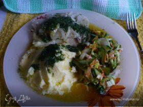 Минтай с картошкой и салатом