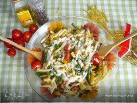 Теплый салат с макаронами и овощами