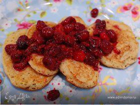 Оладьи с полентой и корицей под ягодным соусом