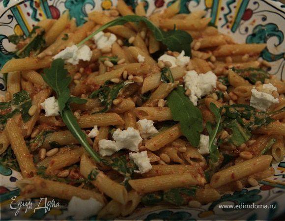 Салат из макарон с козьим сыром, вялеными помидорами и руколой