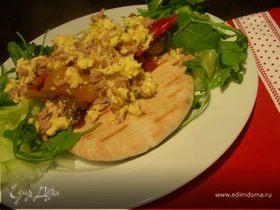 Яичница-болтунья с тунцом, маринованным перцем и лепешками пита