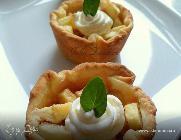 Тарталетки с яблоками, орехами и крем-фрешем