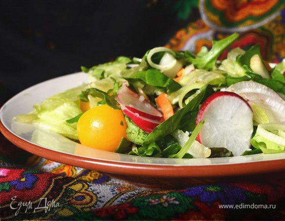 Зеленый салат с мангольдом, редисом и помидорами черри