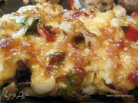 Запеченная куриная грудка под сырной шубкой с грибочками и свежим перчиком