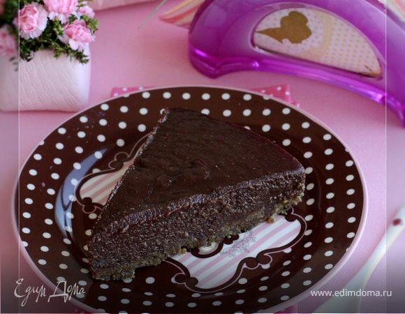 Шоколадный торт с финиками и ореховым кремом без муки и сахара