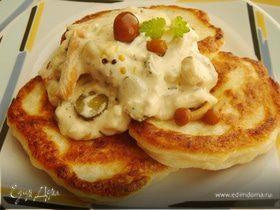 Картофельные оладьи с куриными шницелями в сливочном соусе