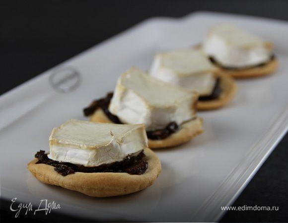 Закусочные тарталетки из песочного теста с козьим сыром и луковым джемом