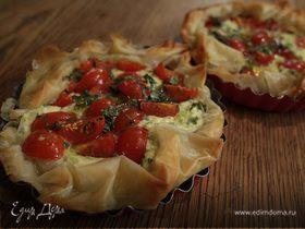 Тарты с творогом, помидорами черри и базиликом