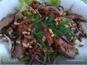 Салат с печенью кролика и кедровыми орешками