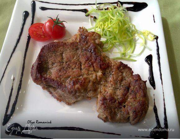 Запеченное мясо с пикантным соусом из черники