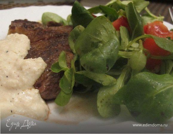 Стейк, перечный соус и мюсли салат