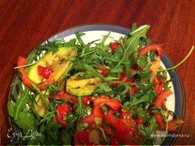 Салат по-итальянски с цукини, запеченным перцем и руколой