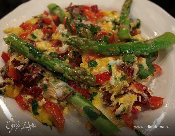 Жареные яйца со спаржей, сладким перцем и вялеными помидорами