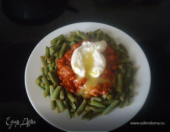 Зеленая фасоль с острой курицей и яйцом-пашот