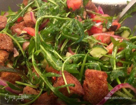 Легкий салат из руколы с чесночными крутонами