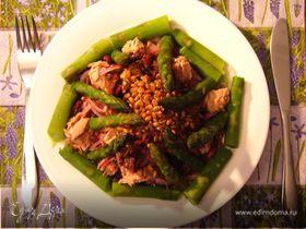 Теплый салат со спаржей и тунцом