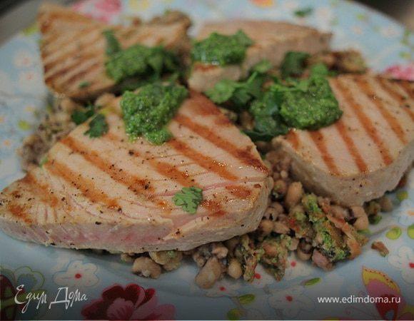 Стейки из тунца с фасолью и соусом песто