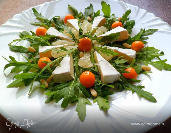 Салат из руколы, физалиса, камамбера, помело и кедровых орешков