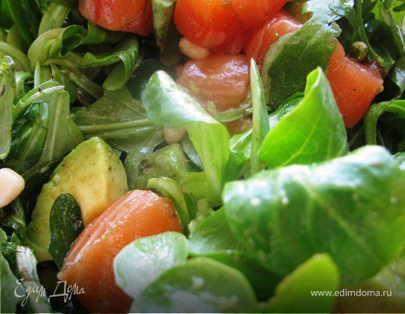 Корн-салат с авокадо и малосольным лососем
