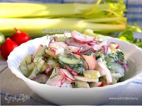 Хрустящий салат с редисом, сельдереем и огурцом