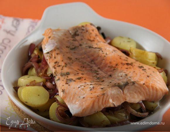 Запеченный лосось с картофелем, оливками и базиликом