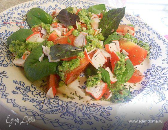 Салат с помидором, шпинатом и песто
