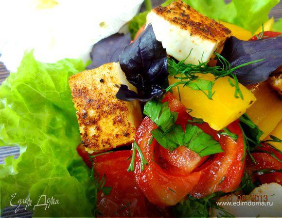 Летний салат с жареным сыром
