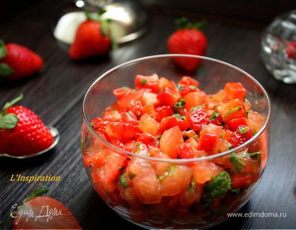 Легкий салат - тартар из помидоров и клубники