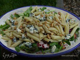 Салат с макаронами, горгонзолой и грецкими орехами