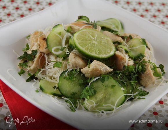 Салат из рисовой лапши с курицей и огурцами в азиатском стиле
