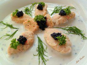Рыбные клецки в йогуртовом соусе с икрой