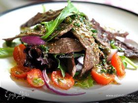 Салат с говядиной и соусом из каперсов