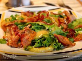 Салат с карамельными яблоками и беконом